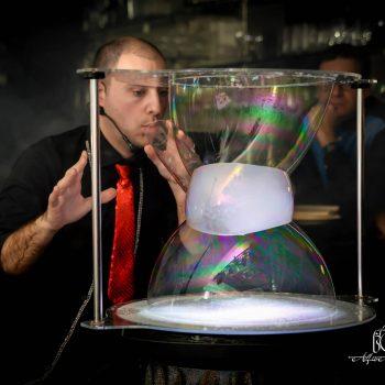 Sculture ed evoluzioni con bolle di sapone, effetti di fumo e di luci