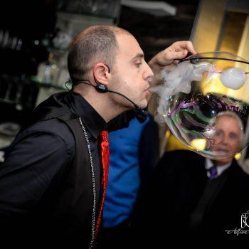 Bolle di fumo soffiate dentro una bolla più grande