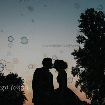 Sposi circondati dalle bolle