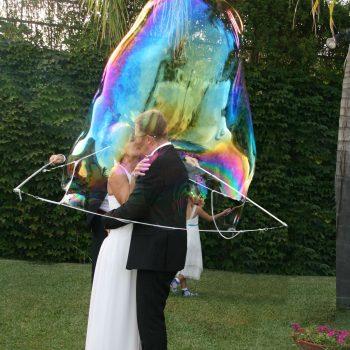 Sposi inglobati in una bolla di sapone gigante