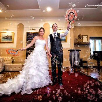 Sposi in una nuvola di bolle