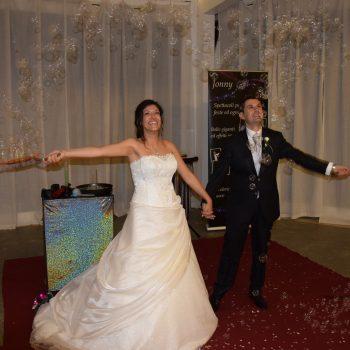 Sposi sotto una pioggia di bolle