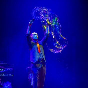 """Il Magic Bubble Show al Teatro nuovo di Ferrara durante """"Arkobaleno"""""""